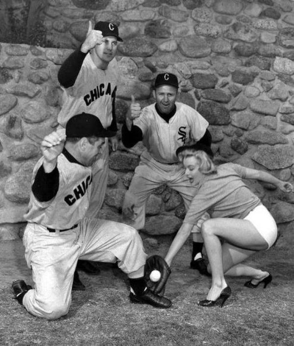 """1951 / Photos publicitaires de Marilyn posant aux côtés des joueurs de baseball de l'équipe des """"White sox""""..."""