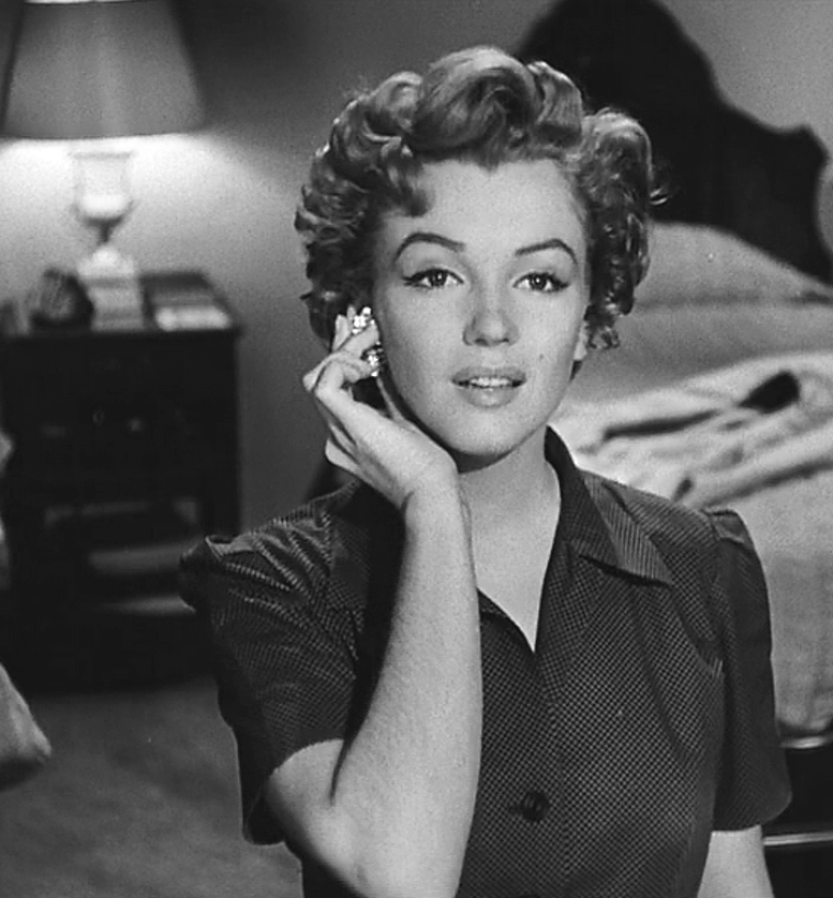 "1952 / Mes captures d'écran de Marilyn dans l'une des scènes du film ""Don't bother to knock""."