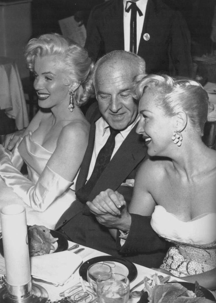 """1953 / Marilyn est conviée à l'anniversaire de Walter WINCHELL accompagnée de nombreuses autres stars au """"Ciro's night-club""""... (part 2, voir TAG)."""