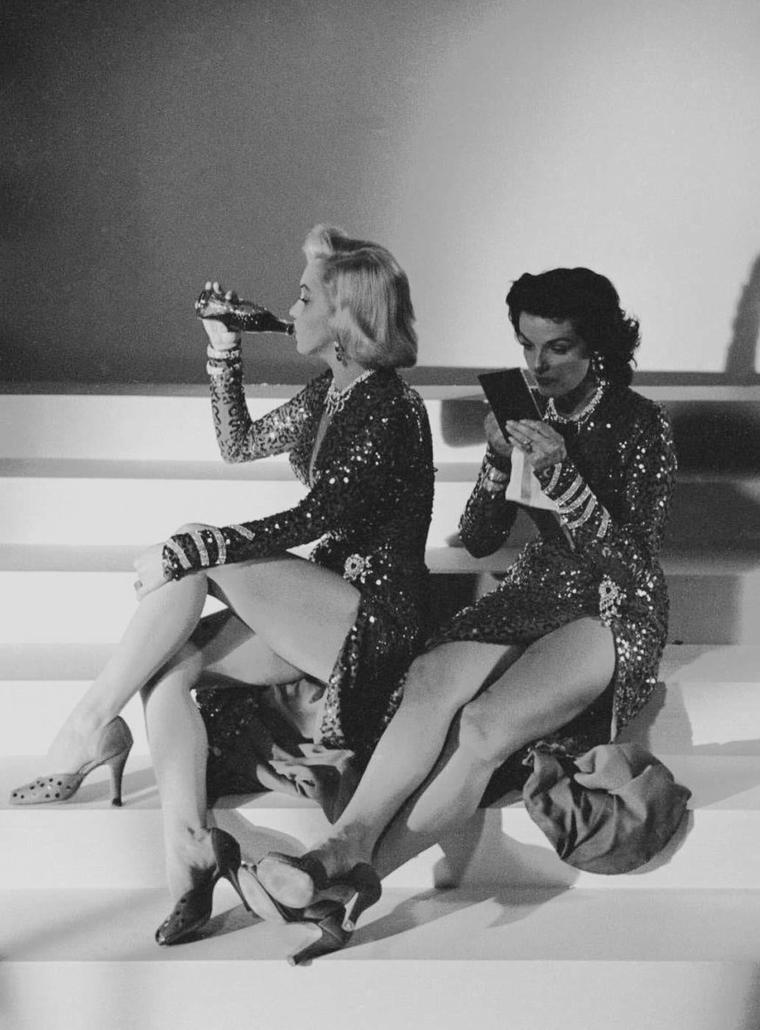 "1953 / Marilyn et Jane RUSSELL pour des photos publicitaires de ""Gentlemen prefer blondes""."