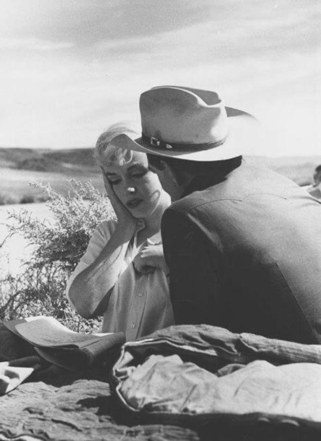 """1960 / Marilyn et Clark GABLE dans une des scènes du film """"The misfits""""."""