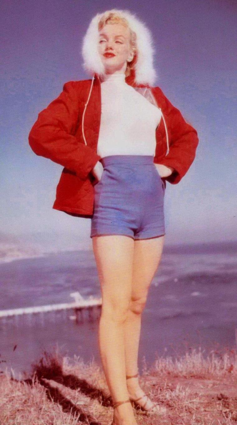 1951 / Marilyn à Malibu by J.R. EYERMAN