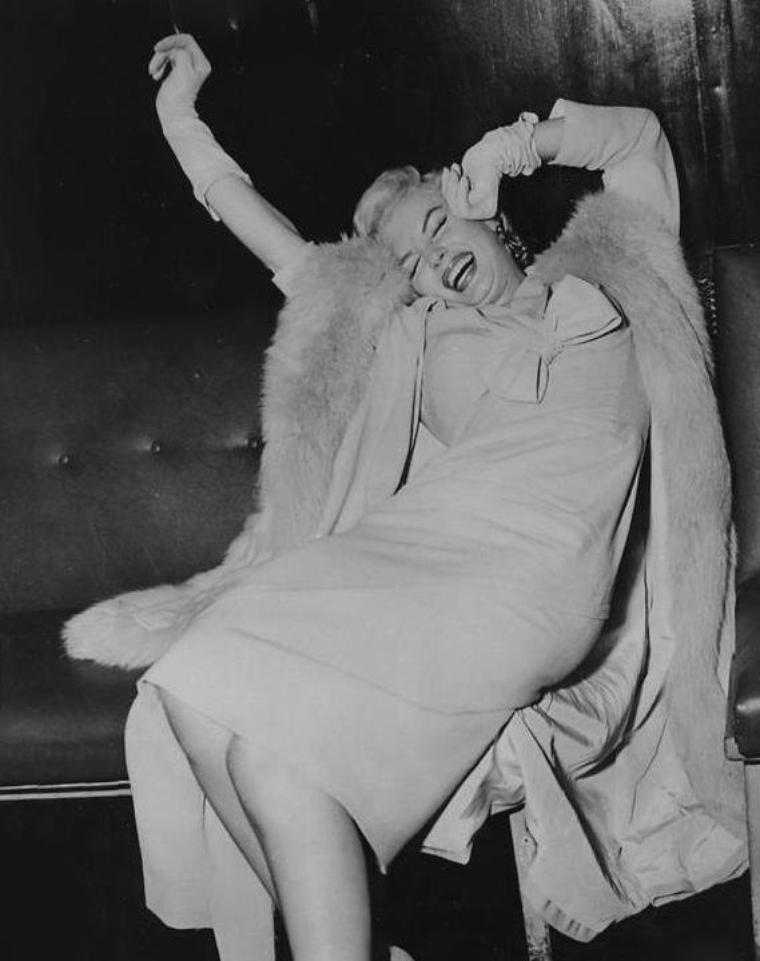 """1954 / by Sam SHAW... Marilyn arrive à New-York pour le début du tournage du film """"The seven year itch"""" (part 3, voir TAG)."""