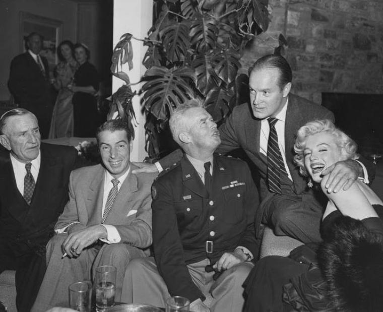 1953 / Marilyn et Joe assistent à une soirée chez Bob HOPE.