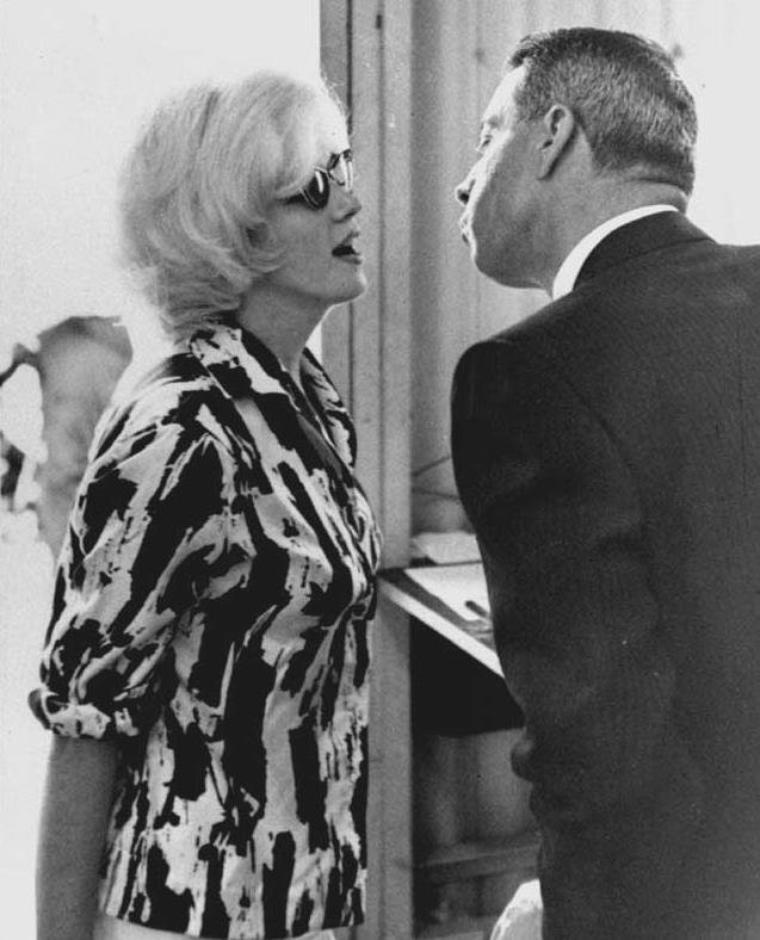 """1962 / Joe DiMAGGIO accompagna Marilyn à l'aéroport international de Miami, d'où elle partit pour Mexico. A l'aéroport de Mexico, elle fut accueillie par l'industrie du cinéma mexicain. Elle logea au """"Continental Hilton Hotel"""" de Mexico, suite n° 1110. Deux vigiles étaient en poste devant sa chambre. Marilyn était accompagnée par George MASTERS, l'un de ses coiffeurs et de son attaché de presse Pat NEWCOMB, qui avaient pris l'avion avec elle depuis Miami. Elle retrouva Eunice MURRAY. Churchill MURRAY les emmena chez Frederic VANDERBILT FIELD et sa femme Nieves, communistes américains qui avaient fui les Etats-Unis pour vivre en paix au Mexique. Marilyn en profita pour acheter et commander des meubles de style mexicain pour sa nouvelle maison de Brentwood, des articles locaux, et commanda des carreaux mexicains pour la cuisine et les salles de bains."""