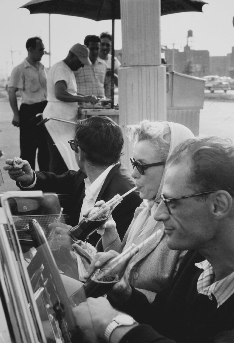 1956 / by Paul SCHUTZER... Marilyn et Arthur quittent New-York pour le Connecticut, où Miller possède une propriété... Au passage ils prennent Milton GREENE, et s'arrêtent dans un drive. (part 2, voir TAG).