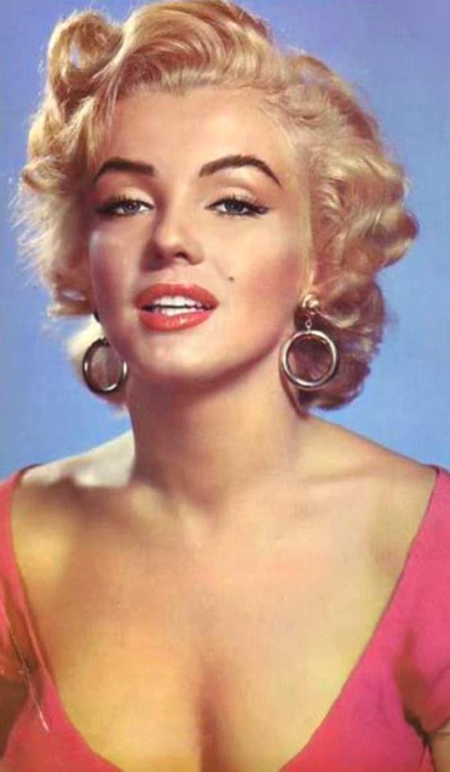 1952 / Marilyn pose devant les chutes du Niagara pour le film du même nom.