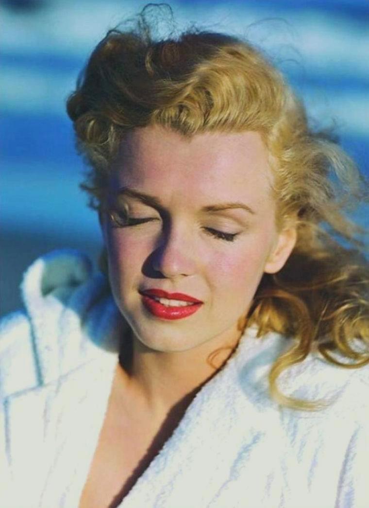 """1949 / Marilyn en peignoir sur la plage de """"Tobey beach"""" by Andre De DIENES (part 2)."""