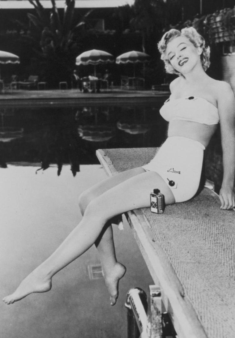 "1951 / Marilyn pose près de la piscine du ""Roosevelt-Hotel""."