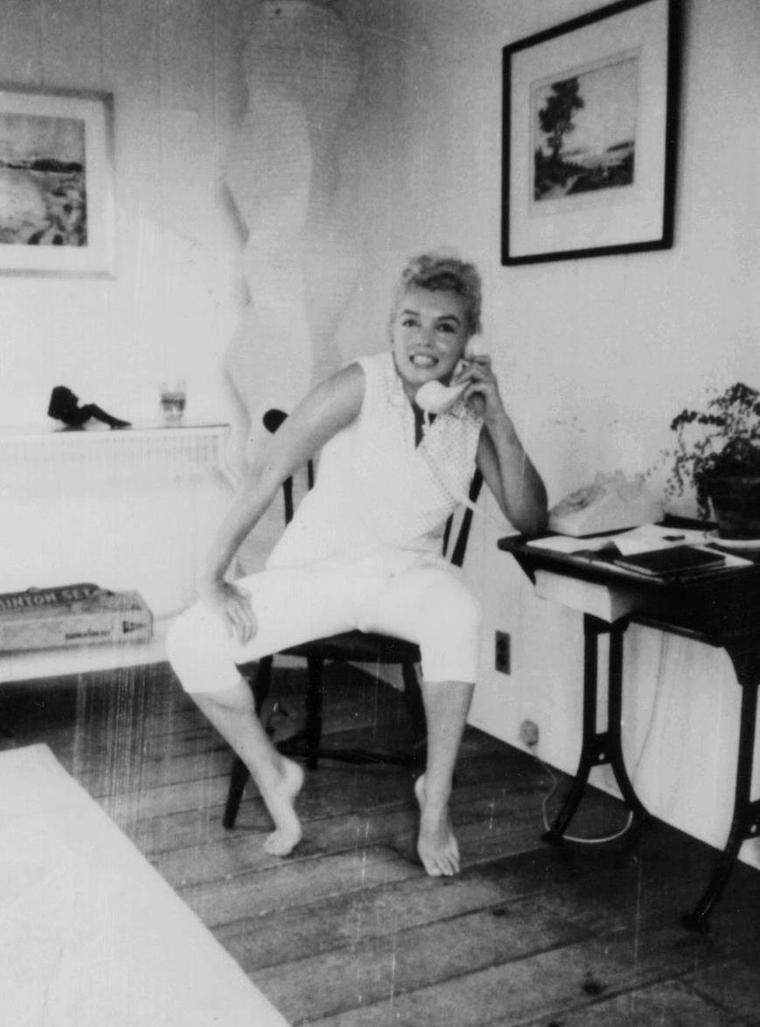 1958 / Marilyn phone at home by Sam SHAW