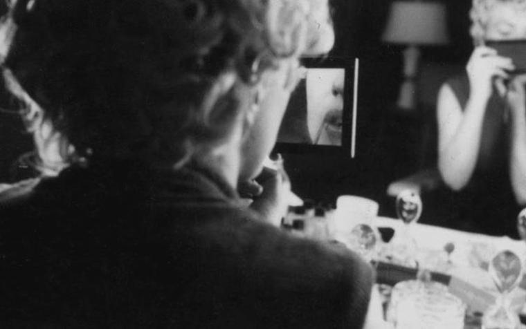 """1954 / Séance maquillage, notamment pose des faux cils par Allan """"Whitey"""" SNYDER, maquilleur attitré de Marilyn, sous l'oeil du photographe Milton GREENE."""