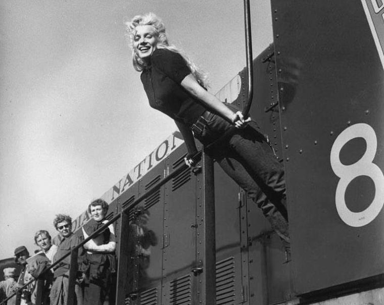 "1954 / Marilyn lors du tournage de ""River of no return""."