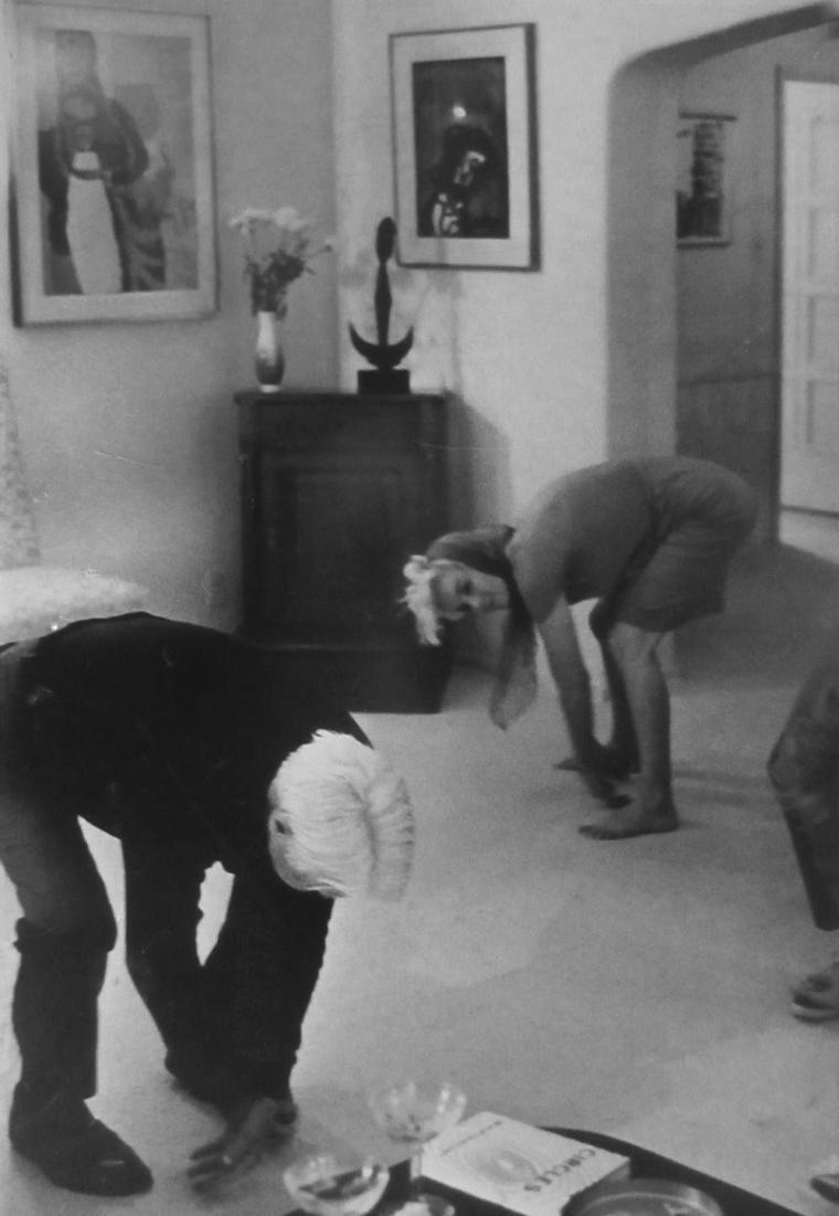 1962 / by Arnold NEWMAN... Marilyn lors d'une soirée chez Henry WEINSTEIN, où elle rencontre le poète Carl SANDBURG... / Marilyn possédait un buste de SANDBURG, qu'elle emporta après sa rupture avec MILLER. En décembre 1961, il était à Los Angeles pour travailler sur le script de « The Greatest Story ever Told » avec le réalisateur George STEVENS. Durant son séjour il rencontra Marilyn ; cette rencontre fut immortalisée par le photographe Arnold NEWMAN. (part 2, voir TAG).