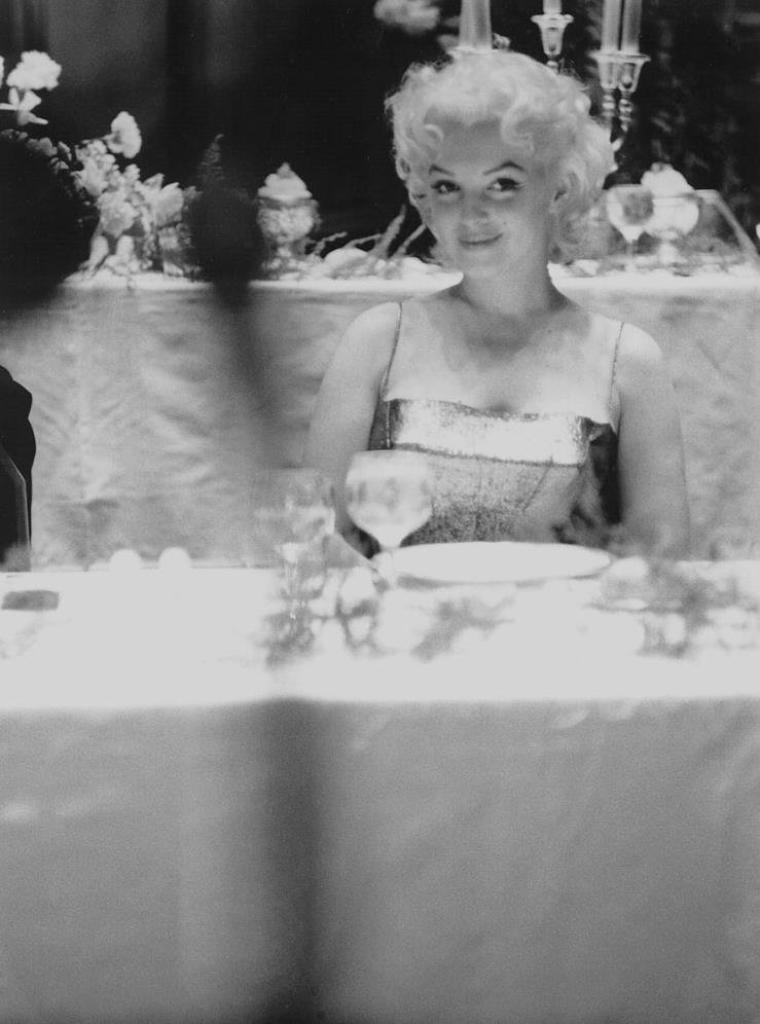 """1955 / by Ed FEINGERSH and Milton GREENE... Marilyn assista, en compagnie de Milton GREENE à une  soirée donnée en l'honneur du """"Friars Club"""" de New York au """"Waldorf Astoria""""  avec Milton BERLE en maître de  cérémonie. Sammy DAVIS Jr, Jerry LEWIS et Dean MARTIN faisaient partie des invités."""