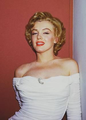 """1952 / by Philippe HALSMAN... Le 7 avril 1952, Marilyn fit sa première couverture de """"Life"""". Elle portait une robe blanche et la photo était d'une grande sensualité. Les photos avaient été réalisées chez elle, en janvier 1952, au """"Beverly Carlton Hotel"""". (part 2, voir TAG)."""