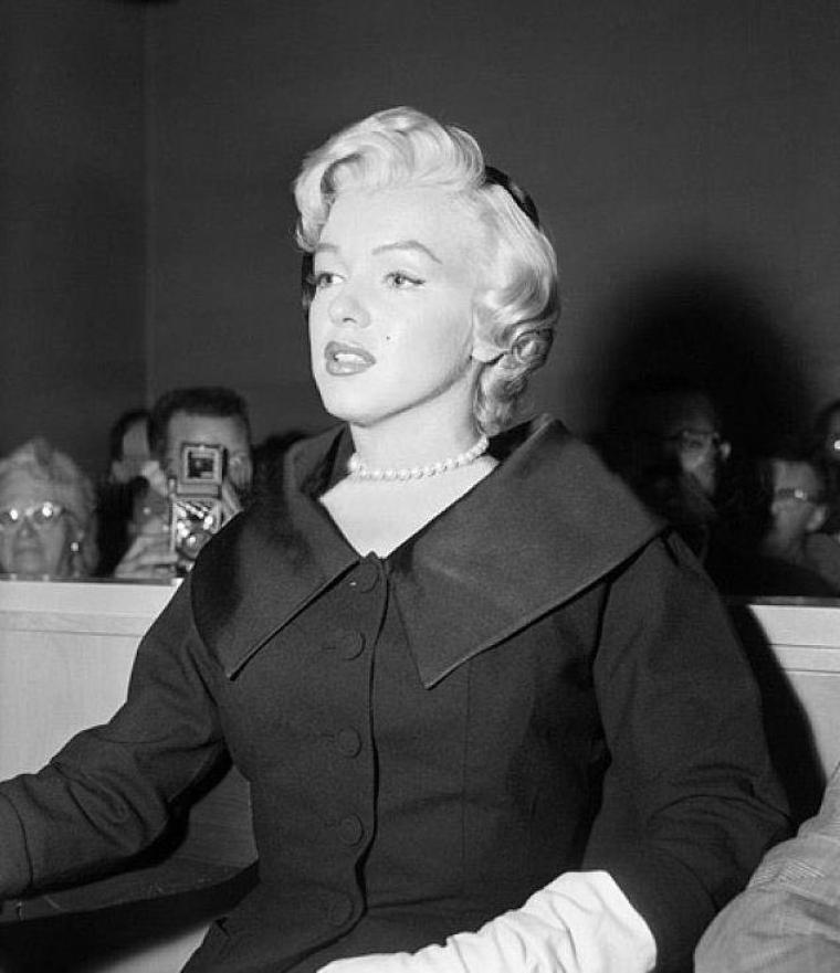 1954 / 27 Octobre, Marilyn est accompagnée au tribunal par son avocat Jerry GIESLER pour son divorce avec DiMAGGIO... (part 2, voir TAG).