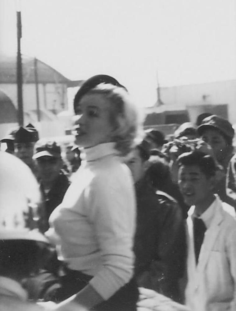 """1954 / 9 Février, Marilyn visite, lors de sa visite en Corée, la """"Brady Airbase"""" des 315th Troop Carrier."""