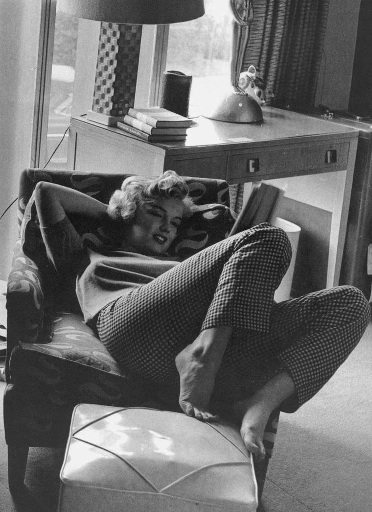 1952 / by Andre De DIENES... RENCONTRE : La vie du photographe de mode Andre De DIENES bascula le jour de 1945 où il rencontra une charmante apprentie mannequin nommée Norma Jeane DOUGHERTY. Il tomba immédiatement amoureux de sa fraîcheur et de son charme, et les deux jeunes gens se fiancèrent, un temps. Ensemble, ils aimaient se lancer sur les routes, à l'aventure, et De DIENES photographia Norma Jeane dans tous les cadres naturels possibles, dans le style original qui faisait sa patte. Il rassembla vite un impressionnant portfolio de clichés, qui aidèrent cette petite brune souriante à lancer sa carrière de mannequin et, quelques années plus tard, la carrière d'actrice de cinéma qui fit d'elle une légende. Les détails de sa relation avec Marilyn, notamment des moments intimes connus des deux seuls amis, sont dévoilés dans le journal du photographe découvert par des fans de l'actrice venus piller l'appartement de De DIENES après la mort de ce-dernier, en 1988. Ces mémoires racontent une magnifique histoire d'amour et d'amitié, du point de vue d'un homme qui a côtoyé Marilyn au plus près. De DIENES décrit la manière dont Norma Jeane s'est transformée en Marilyn MONROE — la mue d'une jeune fille sensible mais ambitieuse en star mondiale profondément perturbée — de l'intérieur, et donne à voir une facette jusqu'alors mal connue de Marilyn. Depuis leur voyage pour rendre visite à la mère de Norma Jeane à l'hôpital psychiatrique, jusqu'à cette dernière visite que Marilyn lui fit quelques jours avant sa mort, De DIENES relate tous les moments forts qu'ils ont partagés. La combinaison de ces souvenirs de De DIENES et d'une vaste sélection de ses photos de Marilyn (qui se comptent par milliers) constitue une exploration personnelle et inédite dans la psychologie, l'histoire et l'iconographie d'une des actrices les plus aimées de tous les temps.