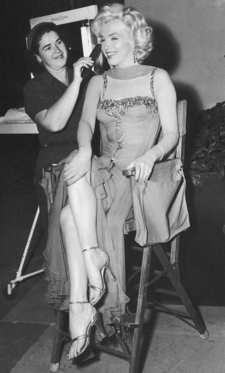 "1953 / Marilyn et Jane RUSSELL dans l'une des scènes du film ""Gentlemen prefer blondes"" et en backstage."