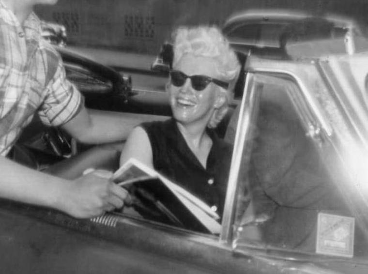 """1955 / LES CANDIDS DE James HASPIEL, un de ses plus grands admirateur de l'époque / En 1955 quand Marilyn vivait à New York, elle se lia d'une forte amitié avec lui; elle lui accorda bientôt toute sa confiance. Elle le laissa venir chez elle, accepta sa compagnie quand elle sillonnait New York en taxi. Il l'aidait à faire ses achats chez """"Wheelan's"""", l'un de ses drugstores préférés, au coin de Lexington Avenue et de la 93ème Rue..."""