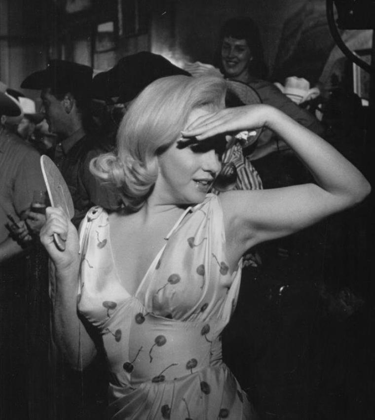 """1960 / Quand Marilyn joue avec une raquette dans l'une des scènes du film """"The misfits""""."""