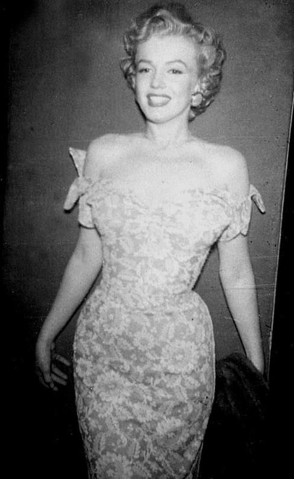 """1952 / 6 Mars, Marilyn assiste à la soirée des trophées du magazine """"Look"""" au """"Beverly Hills Hotel"""" ; Sidney SKOLSKY et Ginger ROGERS furent, entre autres, présents."""