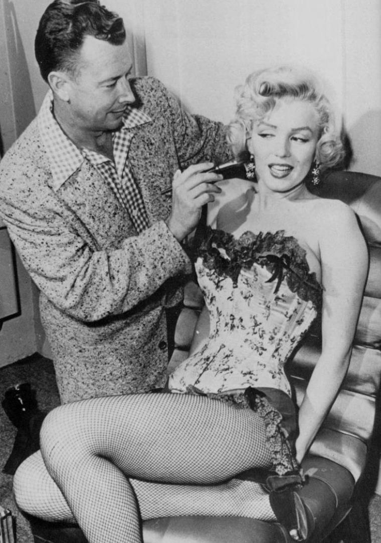"""1954 / Marilyn en guêpière pour les besoins d'une scène du film """"River of no return""""."""