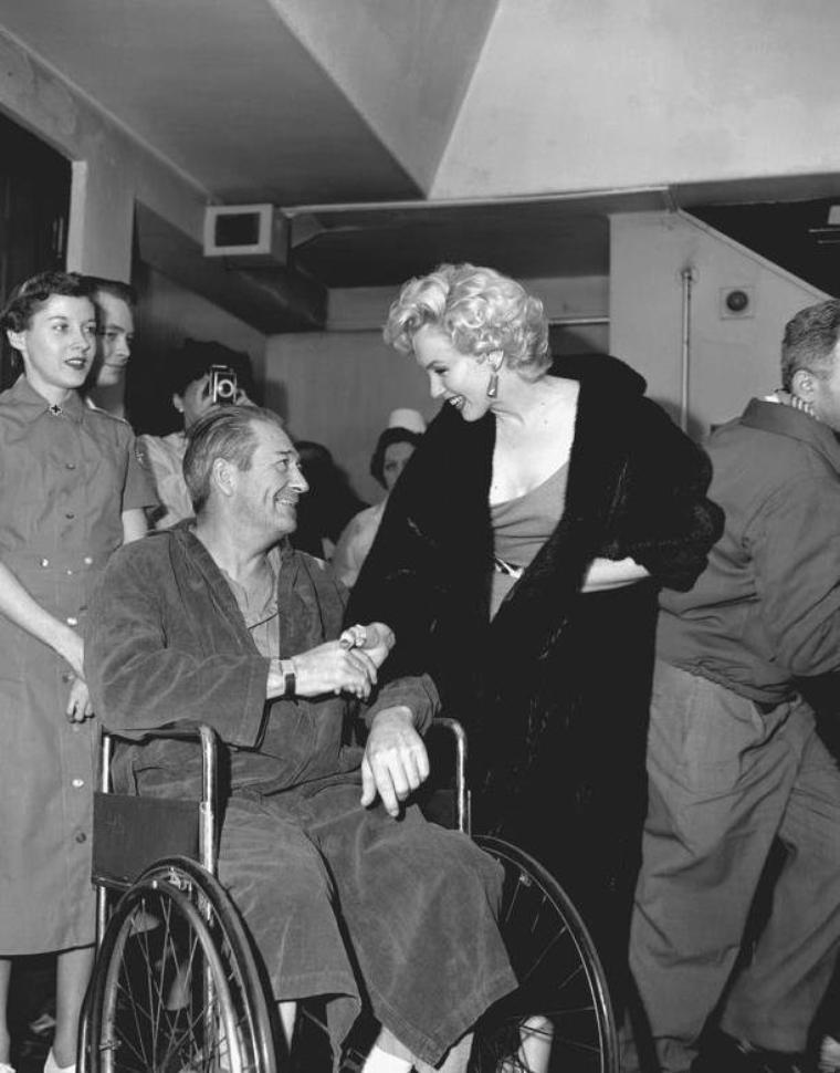 1954 / C'est lors de son voyage au Japon, afin de donner son tour de chants en Corée pour remonter le moral des troupes de G.I.'s, que Marilyn fait une halte à l'Hôpital militaire de Tokyo, serrant des mains ou signant des autographes aux blessés de guerre.