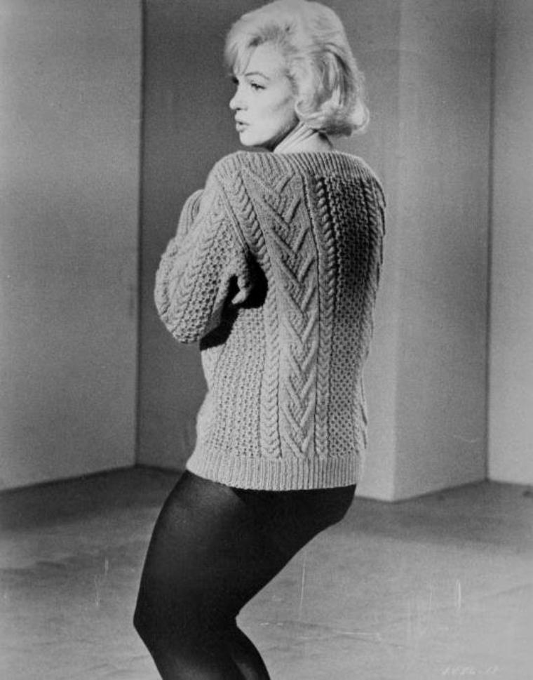 """1960 / Quand Marilyn répète la fameuse chorégraphie où elle chante, vêtue d'un collant et d'un pull mauve, la fameuse chanson """"My heart belongs to daddy"""", dans le film """"Let's make  love""""."""