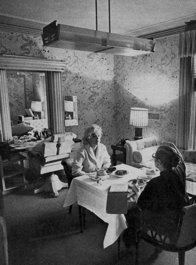 """1956-62 / Dear Paula / Paula STRASBERG fut présentée, avec sa fille Susan, à Marilyn par leur ami commun Sidney SKOLSKY, sur le tournage de « There's no business like show business », pendant l'été 1954. Marilyn connaissait déjà la réputation du mari de Paula, Lee STRASBERG. Elle avoua à Paula qu'elle avait toujours voulu travailler avec lui, en particulier après en avoir entendu des témoignages impressionnants par Marlon BRANDO. Après son déménagement à New York en 1955, Marilyn devint la star la plus célèbre associée à l'Actors Studio et un nouveau membre de la famille STRASBERG, qui était, selon Susan, le théâtre de tensions incessantes. Lee avait l'habitude de commander, mais Paula avait un fort caractère et devait reléguer sa propre carrière et ses aspirations au second plan; plus jeune elle avait été l'une des actrices principales du """"Group Theater"""". Susan écrivit que Lee se comportait en père pour Marilyn, et que Paula la maternait et lui procurait les médicaments dont elle avait besoin pour dormir. Paula endossa le rôle tenu jusqu'alors par Natasha LYTESS, de répétitrice et conseillère de Marilyn sur le plateau, à partir de « Bus stop » (1956) jusqu'à son dernier film. Impopulaire auprès de tous ou presque sur le plateau, et surtout auprès des réalisateurs, elle hérita d'une ribambelle de surnoms. En raison de son insistance à toujours porter du noir, y compris sous la chaleur (38°) du tournage de « The misfits » (1961), elle était connue comme « le baronnet noir ». Cependant Billy WILDER et John HUSTON reconnurent qu'elle les aidait en s'occupant de l'instable Marilyn. Plusieurs biographes accusèrent les STRASBERG d'avoir exploité Marilyn. C'était une véritable aubaine pour eux que la plus grande star de la nation soit devenue élève de l'Actors Studio, mais en plus de cela, les services de Paula furent généreusement rétribués, voire avec outrance. Lee STRASBERG aurait négocié pour le compte de Paula : quand elle conseillait Marilyn sur le tournage de « Let'"""