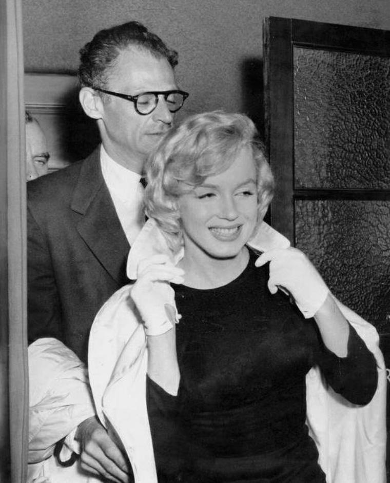 """1956 / Les MILLER se rendent au """"Palace theater"""" afin d'assister à une pièce de Bertold BRECHT, """"Caucasian chalk circus"""", lors de leur voyage à Londres."""