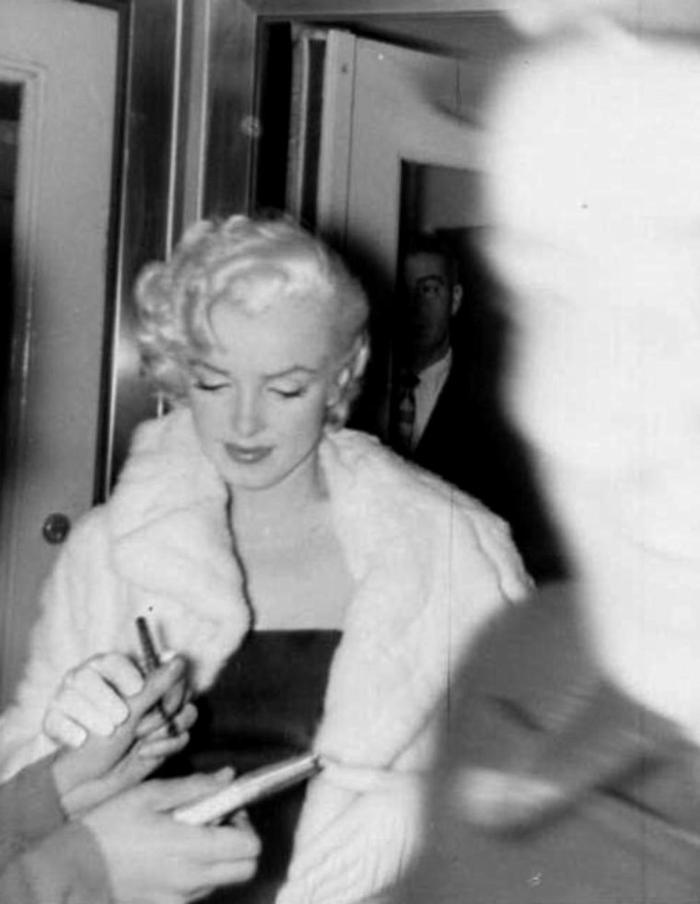 """1955 / 26 Février, Marilyn et Joe sont conviés à la cérémonie d'anniversaire de l'acteur Jackie GLEASON, au """"Toot's shor"""" de New-York ; on trouvera parmi les convives, Milton BERLE, Roy BLOCH, Don AMECHE ou ecnore le journaliste du """"New-York post"""", Leonard LYONS. La soirée se terminera au """"Club 21"""" lors d'une fête donnée en l'honneur de John HUSTON."""