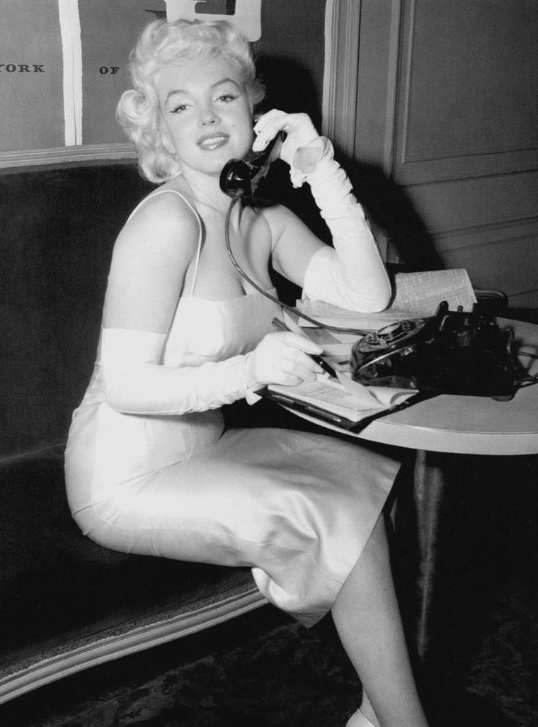"""1955 / Marilyn participe en 1955 au banquet caritatif des leaders """"Junior Division"""" de l'organisation judaïque """"United Jewish Appeal"""" à New York. Elle pose, combiné de téléphone à la main, pour promouvoir cette manifestation, afin de récolter des fonds pour l'organisation juive. Marilyn et MILLER participeront en mars 1957 à la Conférence """"United Jewish Appeal"""" qui se tiendra à  Miami. Le rabbin Robert GOLDBURG racontera que Marilyn y donnera un bref speech sur les raisons qui l'ont poussée à se convertir au Judaïsme."""