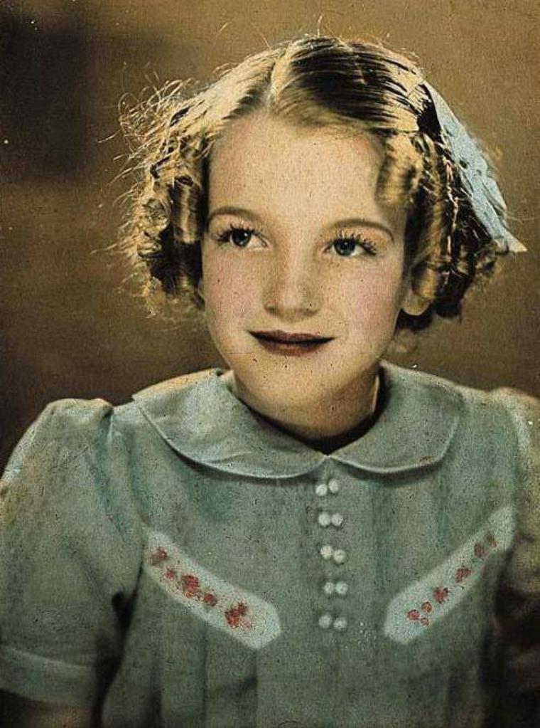 """1926 / Norma Jeane MORTENSON naquit le mardi 1er juin au """"Los Angeles General Hospital"""". Ce fut le docteur Herman M.BEERMAN qui la mit au monde. Sur son certificat de naissance, elle fut identifiée comme étant la fille de Gladys MONROE (divorcée de son  premier mari, Jasper BAKER,elle avait repris son nom de jeune fille), domiciliée au 5454 Wilshire Boulevard à Hollywood, et d'Edward MORTENSON, boulanger et de domicile inconnu. Selon les versions, il existerait d'autres pères potentiels, des collègues de Gladys à la """"Consolidated Film Industries"""", où elle travaillait en tant que monteuse de négatifs de films pour l'industrie du cinéma. Mais l'hypothèse la plus communément admise, veut que le père le plus probable de Norma Jeane, ait été Stanley GIFFORD, contremaître à la """"Consolidated Film Industries"""". Celui-ci, ayant divorcé de sa femme en 1925, était connu pour cumuler les aventures extra-conjuguales..."""