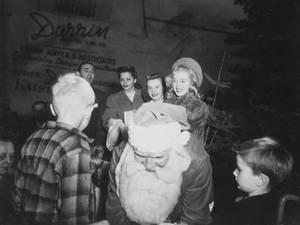 """1946 / Advertising... Norma Jeane vous souhaite un joyeux Noël avec les automobiles """"DARRIN KAISER FRAZER""""."""