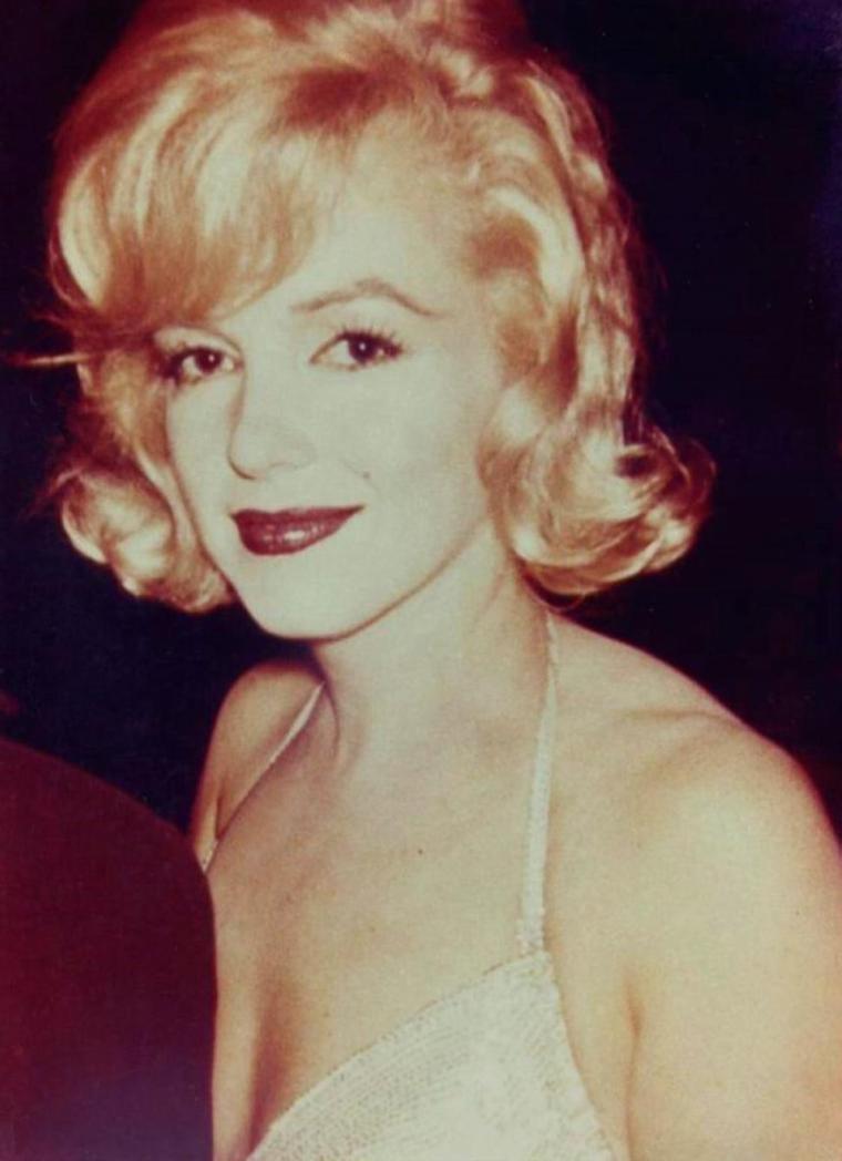 """1959 / Marilyn accompagnée par Montgomery CLIFT lors de la Première du """"One man show"""" d'Yves MONTAND, à New-York."""