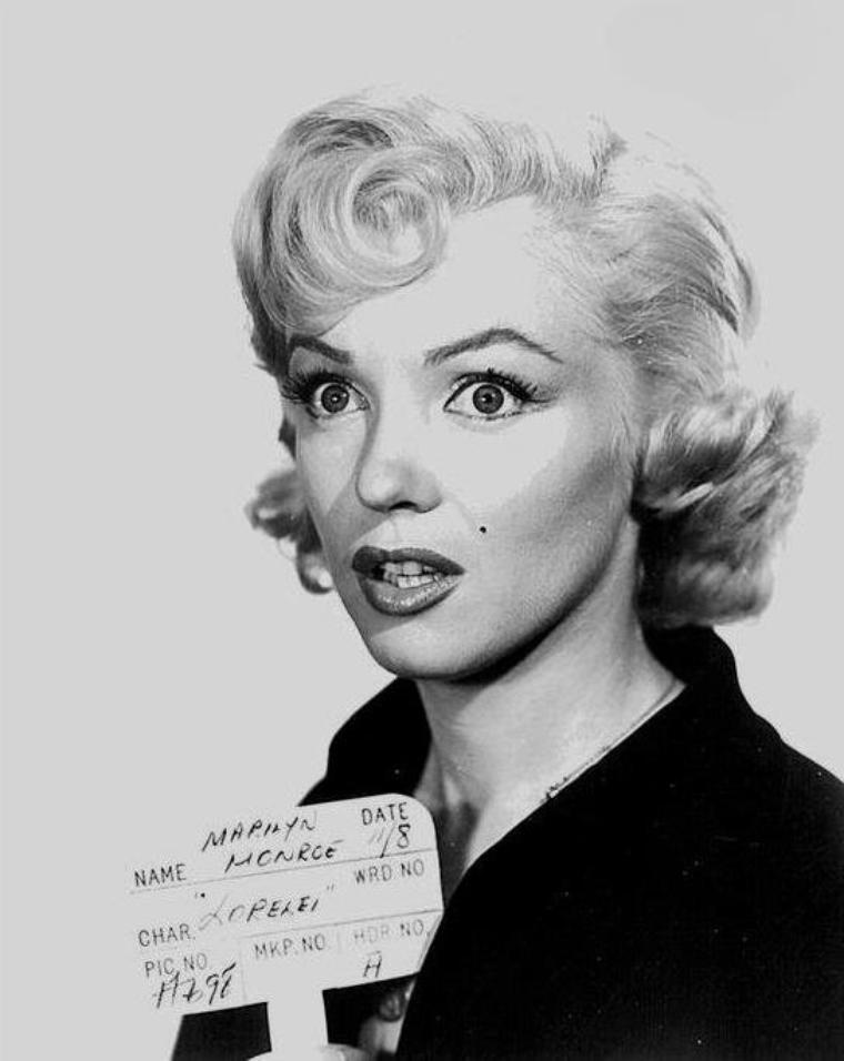 """1953 / Essais coiffures pour le film """"Gentlemen prefer blondes""""."""