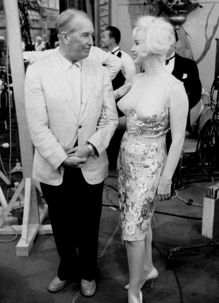 """1959 / C'est en voisin de plateaux, que le grand Maurice CHEVALIER vient rendre visite à Marilyn sur le tournage du film """"Some like it hot"""" ; les deux STARS s'étaient déjà rencontrés en 1955 pour une session photos de Milton GREENE."""