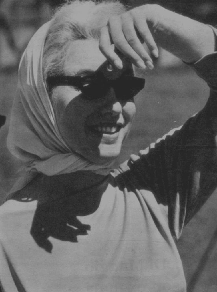 """1961 / Joe et Marilyn, lors de leur séjour en Floride, se rendirent plusieurs fois à l'entraînement des """"Yankees"""", équipe de baseball chère à DiMAGGIO, à Fort Lauderdale du côté de St Petersburg, petite localité de l'état. (photos de mauvaises qualités, cependant que j'ai """"amélioré"""", provenant de magazines d'époque avec un papier type journal)."""