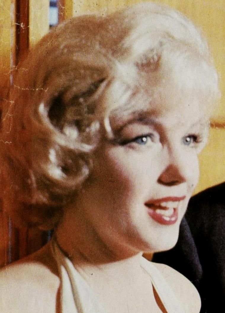 1960 / 16 Janvier... Conférence de presse organisée par la Fox pour présenter « Let's make love », avec les acteurs principaux tels Yves MONTAND accompagné de sa femme Simone SIGNORET, Milton BERLE, Frankie VAUGHAN, le réalisateur George CUKOR ou encore la journaliste Dorothy KILGALLEN, et Marilyn avec son mari MILLER. (part 3, voir TAG).