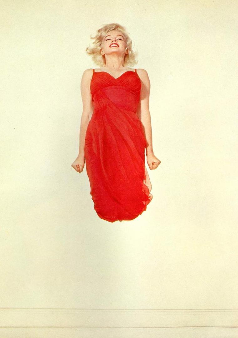 """1959 / by Philippe HALSMAN... Après de nombreuses tentatives et au bout de plusieurs années, HALSMAN réussit à obtenir de Marilyn un projet qui lui tenait à coeur : la photographier en train de sauter en l'air, car il pensait que les gens expriment ainsi une grande part de leur personnalité. Marilyn accepta en 1959 : on la voit sautant les bras serrés et les poings fermés. Elle fit la une du magazine """"Life"""" du 9 novembre 1959."""