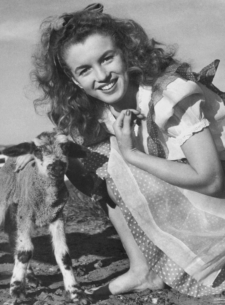 1945 / Norma Jeane et l'agneau vue par Andre De DIENES.