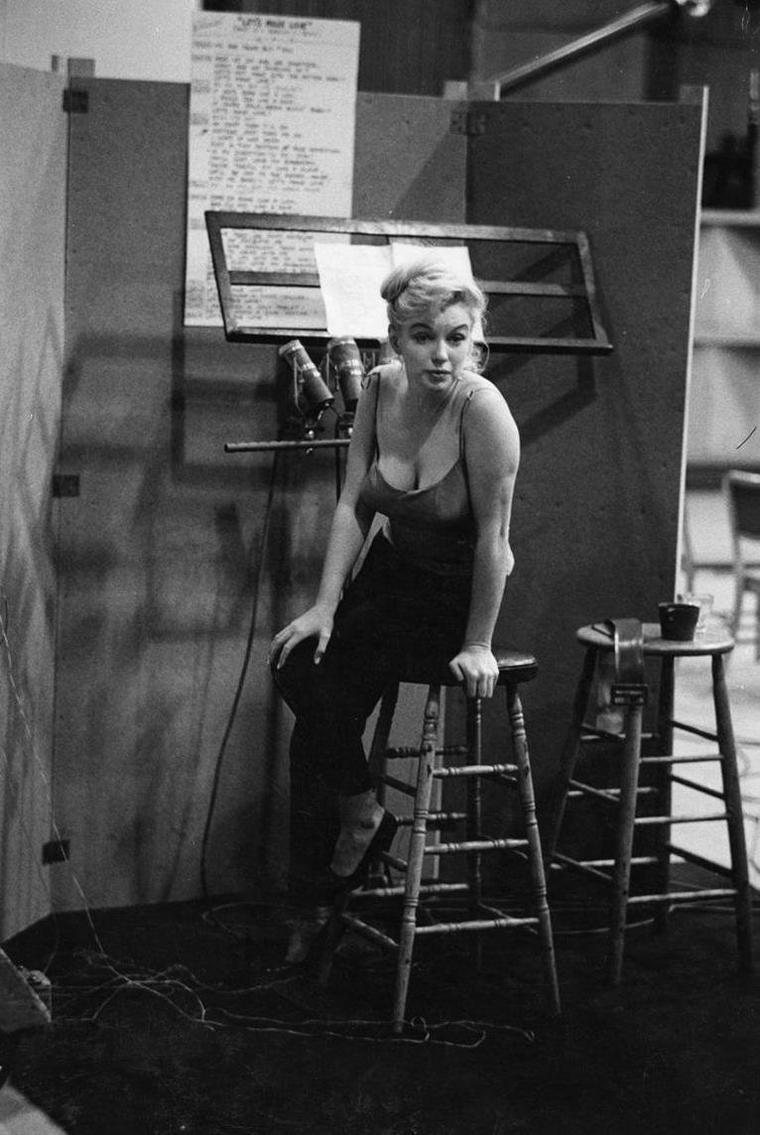 """1960 / Marilyn en studio d'enregistrement où elle répète les chansons pour le film """"Let's make love"""", sous l'objectif de John BRYSON."""