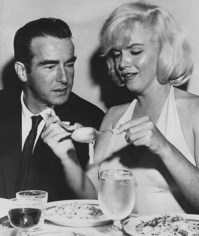"""1960 / 16 Octobre, Marilyn et Montgomery CLIFT (un de ses partenaires et ami dans le film """"The misfits"""") dînant au restaurant """"North beach"""" de San-Francisco."""