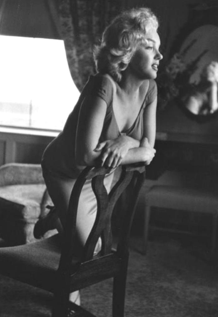 """1952 / Marilyn à Atlantic-City lors de la promotion du film """"Monkey business"""" ; elle est photographiée dans sa chambre d'hôtel par Ben ROSS, dans l'une des robes du film """"Niagara""""."""
