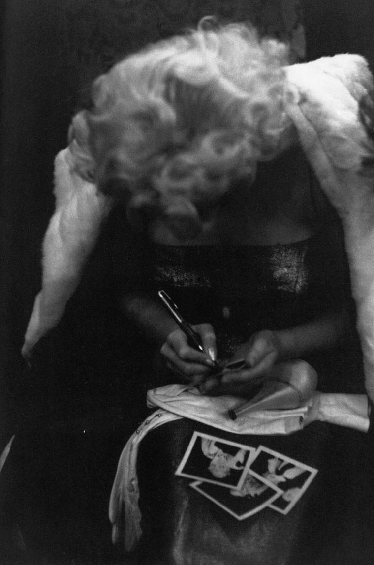 """1955 / Marilyn est conviée à la soirée du """"Friars-club"""" au Waldorf Astoria, en compagnie de Milton GREENE et Milton BERLE, entre autres, puis assiste au théâtre Morosco, à la pièce de Tenessee WILLIAMS, """"La chatte sur un toit brûlant"""" en compagnie de Milton GREENE, sous les objectifs de Ed FEINGERSH et GREENE. (part 2, voir TAGS)."""