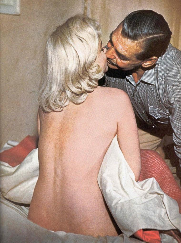 """1960 / Marilyn et Clark GABLE dans l'une des scènes du film """"The misfits"""". (quelques photos signées Eve ARNOLD)."""