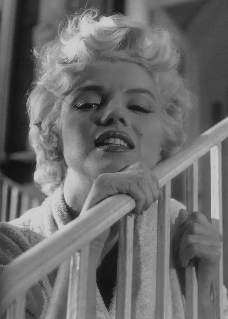 """1954 / Marilyn en peignoir et pantoufles lors du tournage du film """"The seven year itch""""."""