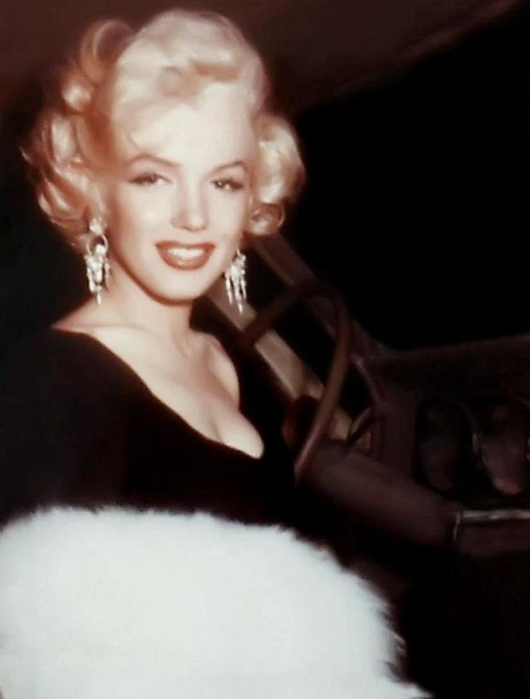 """1953 / Marilyn est élue """"Miss Press-Club"""" de l'année 53 ; elle reçoit en trophée, la boule de billard n°8, censée porter bonheur..."""