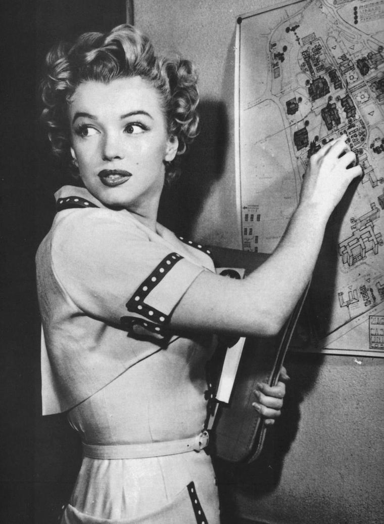 "1952 / Marilyn assista à la ""Junior Prom"" à l'""UCLA"" (University of California Los Angeles) pour une campagne publicitaire en vue d'un article pour le magazine ""Movies day""."